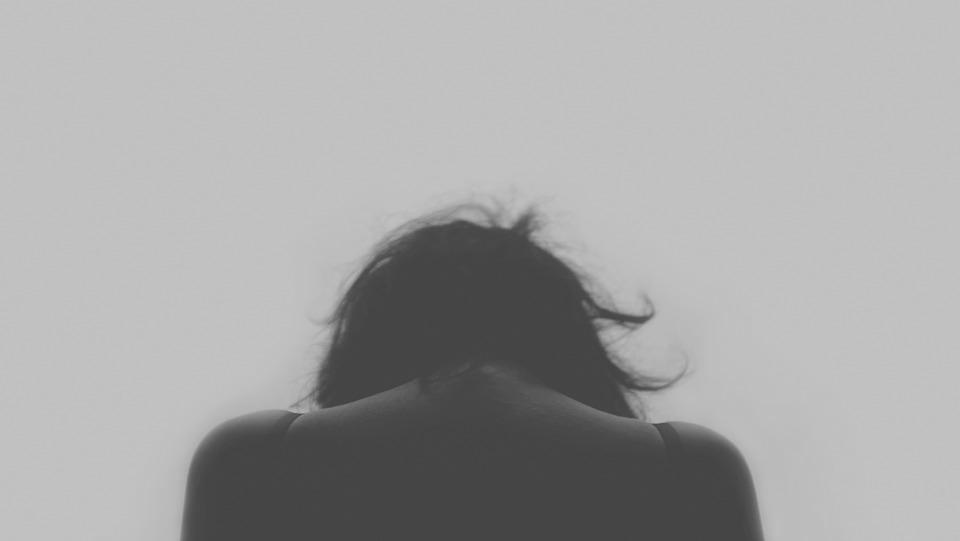 pérdida de seres queridos, rupturas, paro, enfermedades, fracasos académicos, etc.
